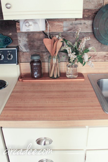 pallet backsplash, laminate counter