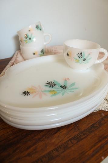vintage milk glass tea cup & saucers