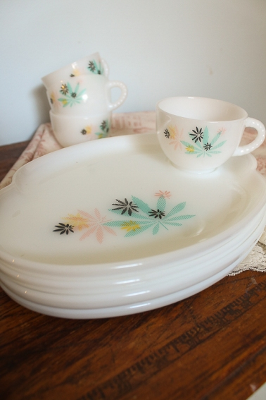 vintage milk glass tea cup & saucers
